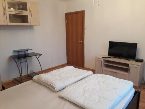 A bed or beds in a room at Квартира на Мосфильмовском