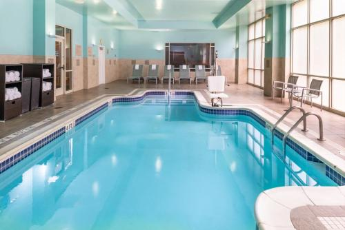 The swimming pool at or close to SpringHill Suites by Marriott Pittsburgh North Shore