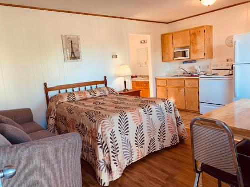 A bed or beds in a room at Fair Isle Motel