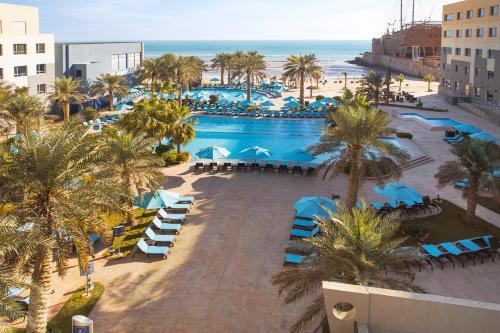 منظر المسبح في فندق وسبا شاطئ النخيل او بالجوار