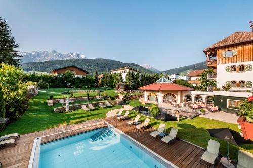 Vista de la piscina de Mirabell Dolomites Hotel Luxury Ayurveda & Spa o alrededores
