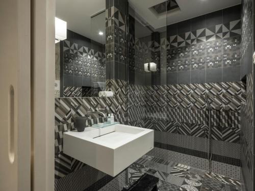 A bathroom at Yndo Hôtel