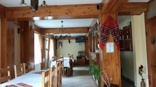 A restaurant or other place to eat at PENSIUNEA SIMONA ARIESENI