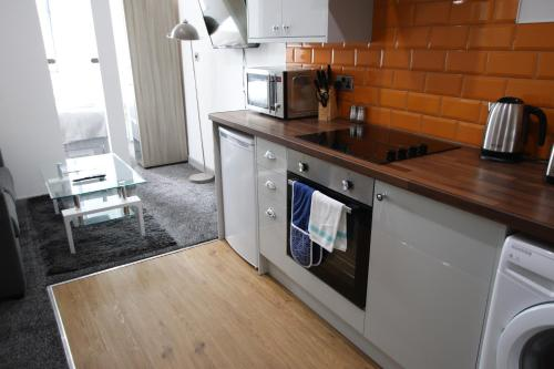 A kitchen or kitchenette at Halifax House, Studio Apartment 213