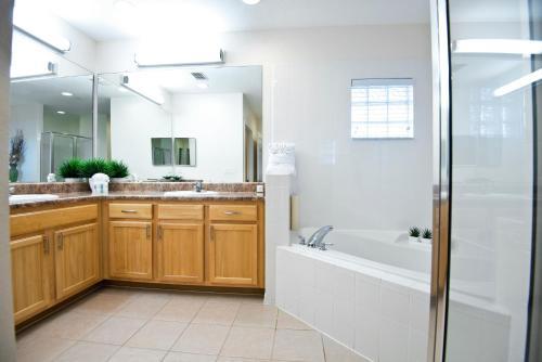 A bathroom at Caribe Cove Resort - Near Disney