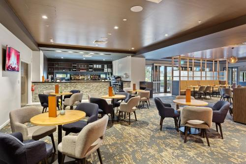 A restaurant or other place to eat at Quality Hotel Lakeside