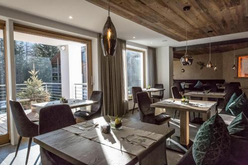 A restaurant or other place to eat at La Bercia Dolomites Chalet