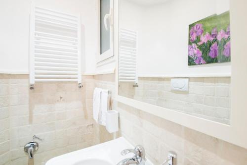 A bathroom at Portico D'ottavia