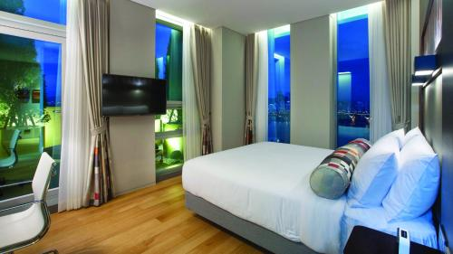 A television and/or entertainment center at Aloft Seoul Gangnam