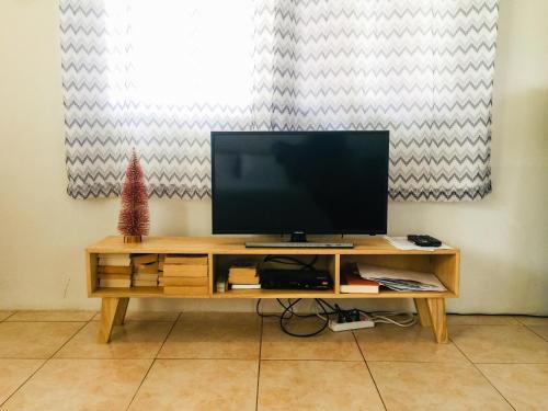 Телевизор и/или развлекательный центр в Alona Studio Bungalow
