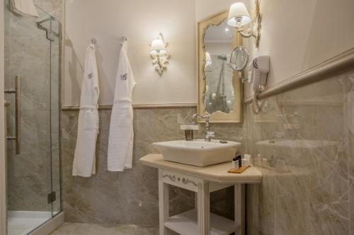 A bathroom at Micra Anglia Boutique Hotel & Spa