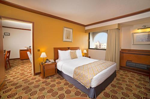 سرير أو أسرّة في غرفة في Ramada by Wyndham Bahrain