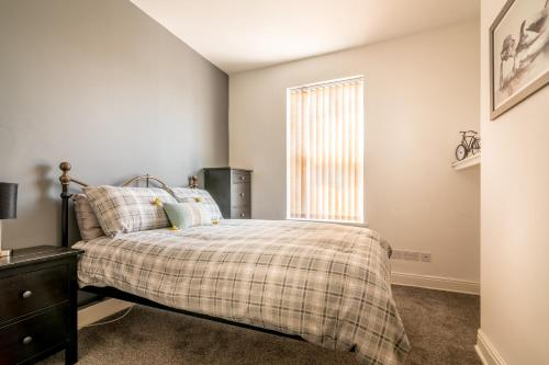 A bed or beds in a room at PLATFORM Avenues Apartment 2