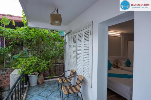 Ein Balkon oder eine Terrasse in der Unterkunft Hanoi Buddy Inn & Travel