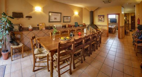 A restaurant or other place to eat at ALBERGUE SAN SATURNINO