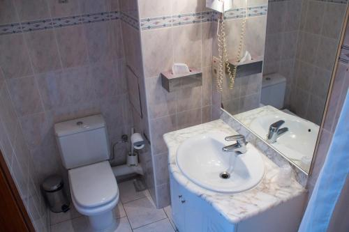 A bathroom at Hotel Continental Gare du Midi