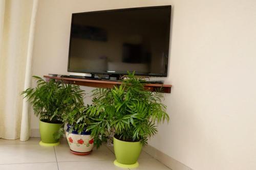 Una televisión o centro de entretenimiento en Casa Yoel