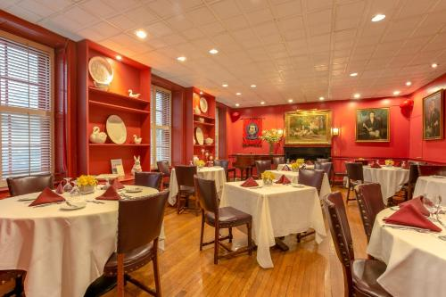 A restaurant or other place to eat at 3 West Club