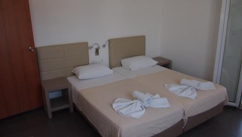 A bed or beds in a room at Homer's Inn Hotel