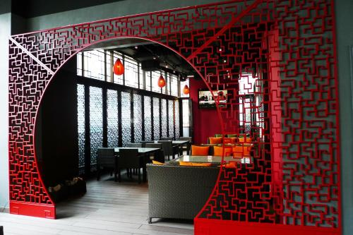 A restaurant or other place to eat at Lan Kwai Fong Hotel @ Kau U Fong (Designated Quarantine Hotel)