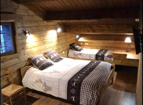 A bed or beds in a room at Chez Maguy