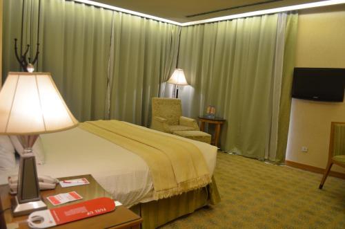 Cama ou camas em um quarto em Ramada by Wyndham Al Khobar