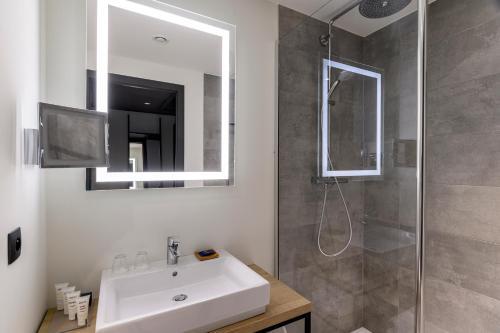 A bathroom at Park Inn by Radisson Antwerp Berchem