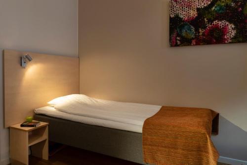Säng eller sängar i ett rum på Hotell Vilja
