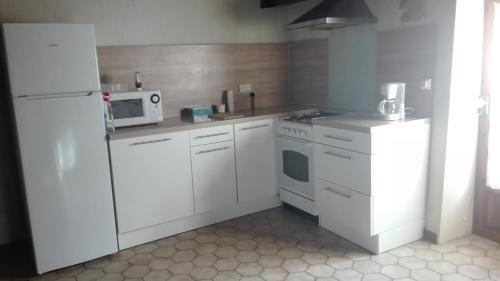 Cuisine ou kitchenette dans l'établissement Maison au village du livre
