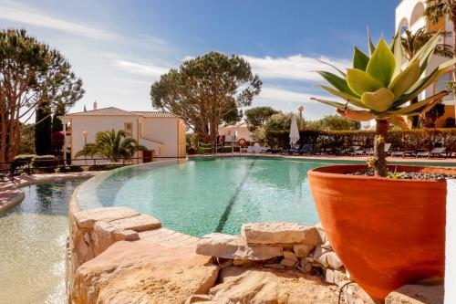 Het zwembad bij of vlak bij Vale d'El Rei Hotel & Villas