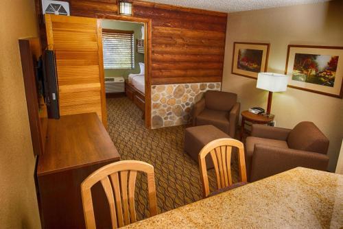 Coin salon dans l'établissement Holiday Inn Express Grand Canyon, an IHG Hotel