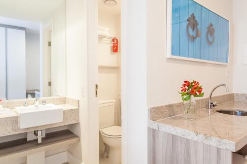 A bathroom at Ramada Hotel & Suites Campos Pelinca