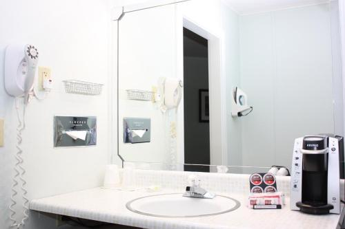 A bathroom at Highbrook Motel