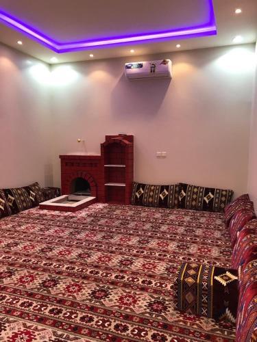 Cama ou camas em um quarto em ديوانيات الضيف للشقق المفروشه