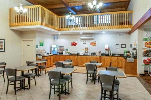 A restaurant or other place to eat at Quality Inn & Suites Grants