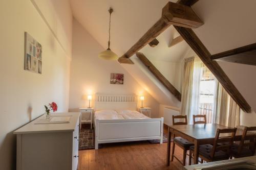 Postel nebo postele na pokoji v ubytování Penzion Dvůr Krasíkov