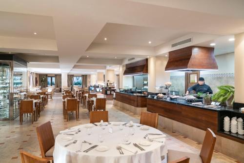 Un restaurante o sitio para comer en Vincci Selección La Plantación del Sur