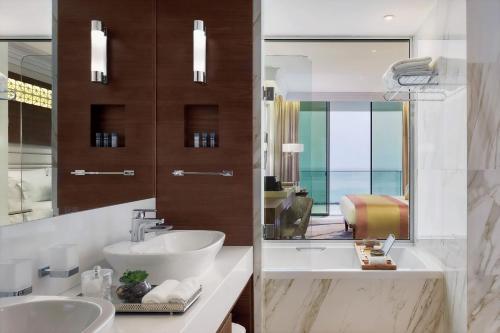 Ванная комната в Amavi Hotel, MadeForTwo