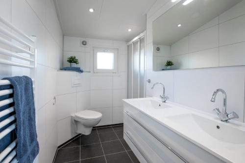 A bathroom at PDS Deluxe 6 personen