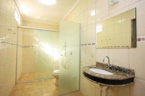 A bathroom at Motel Vison (Próximo GRU Aeroporto)