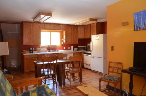 A kitchen or kitchenette at The Ouray Main Street Inn