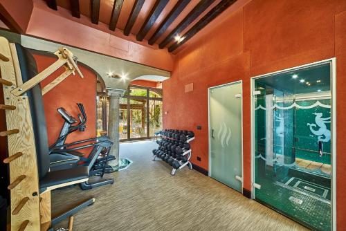 The fitness centre and/or fitness facilities at Hotel Saturnia & International