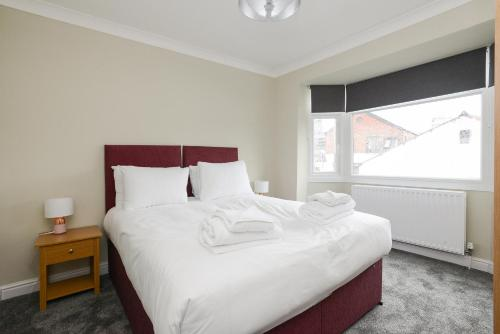 A bed or beds in a room at Cozy House in the heart of Beeston with FREE Parking and WiFi