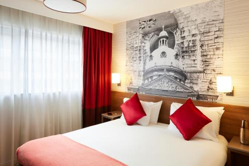 A bed or beds in a room at Aparthotel Adagio Birmingham City Centre