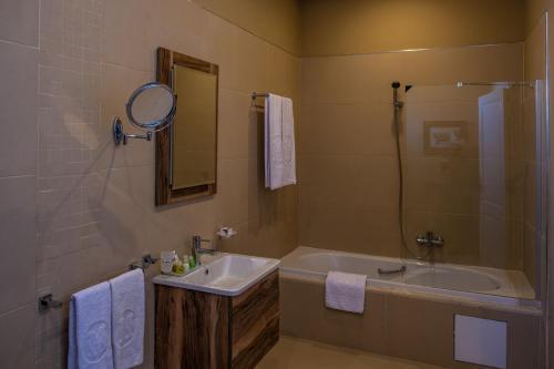 A bathroom at Majestic Hotel