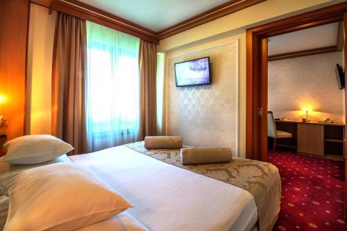 Кровать или кровати в номере Hotel Cezar Banja Luka