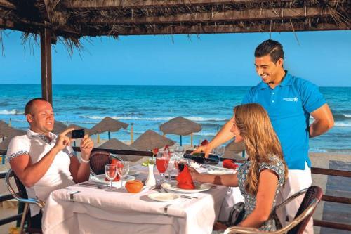 Een restaurant of ander eetgelegenheid bij Splash World Venus Beach