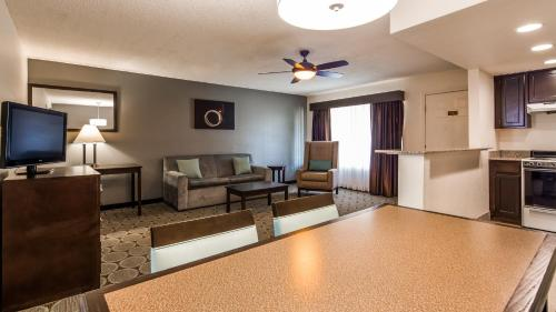 A seating area at Best Western Pahrump Oasis