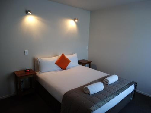 A bed or beds in a room at Alpine Glacier Motel