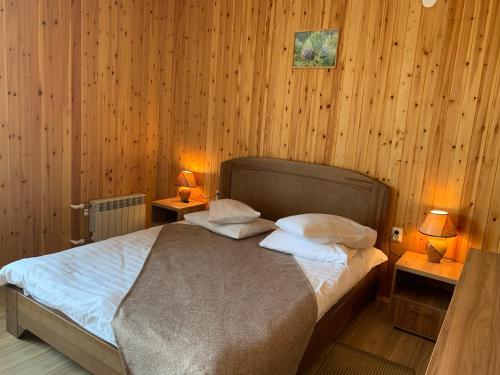 Кровать или кровати в номере Гостевой дом BAIKAL CEDAR